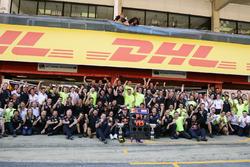 Le vainqueur Max Verstappen, Red Bull Racing fête sa victoire avec l'équipe