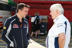 (G à D) : James Key, directeur technique de la Scuderia Toro Rosso, avec Pat Symonds, chef du bureau technique de Williams