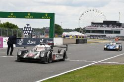 Checkered flag for #2 Porsche Team Porsche 919 Hybrid: Romain Dumas, Neel Jani, Marc Lieb