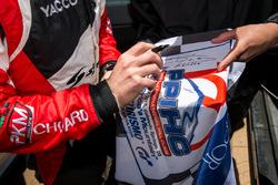 Romain Dumas signing flags