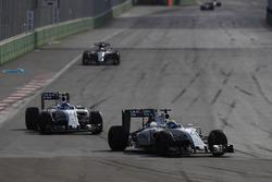 Фелипе Масса, Williams FW38 едет впереди Валттери Боттаса, Williams FW38