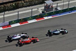 Nico Rosberg, Mercedes AMG F1 Team W07 devant Kimi Raikkonen, Ferrari SF16-H et Valtteri Bottas, Williams FW38