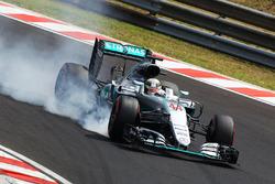 Lewis Hamilton, Mercedes AMG F1 W07 Hybrid se bloquea en la frenada
