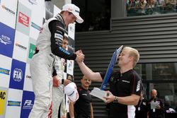 Podium, Joel Eriksson, Motopark, Dallara F312 - Volkswagen ontvangt de beker van Felix Rosenqvist, 2