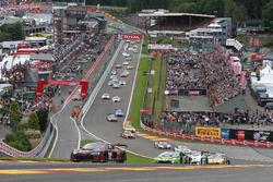 Au départ, la #28 Belgian Audi Club Team WRT, Audi R8 LMS: Nico Müller, René Rast, Laurens Vanthoor mène