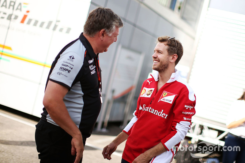 Otmar Szafnauer, Chief Operating Officer Sahara Force India F1 con Sebastian Vettel, Ferrari