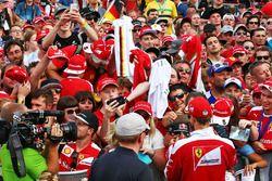 Sebastian Vettel, Ferrari signe des autographes pour les fans
