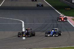 Carlos Sainz Jr., Scuderia Toro Rosso STR11 and Marcus Ericsson, Sauber C35 battle for position