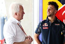 Daniel Ricciardo, Red Bull Racing avec Charlie Whiting, délégué FIA