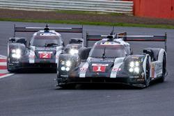 السيارة رقم 1 فريق بورشه 919 الهجينة: تيمو بيرنهارد، مارك ويبر، برندون هارتلي