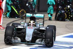 Arrêt aux stands pour Lewis Hamilton, Mercedes AMG F1 Team W07