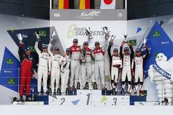 Podium: racewinnaars Marcel Fässler, Andre Lotterer, Benoit Tréluyer, Audi Sport Team, tweede plaats