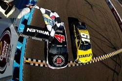 Kevin Harvick, Stewart-Haas Racing Chevrolet legyőzi Carl Edwards-ot, Joe Gibbs Racing Toyota