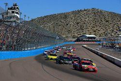 Race start, Kyle Busch, Joe Gibbs Racing Toyota leads