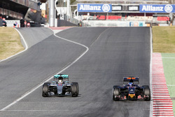 Lewis Hamilton, Mercedes AMG F1 W07 Hybrid et Max Verstappen, Scuderia Toro Rosso STR11