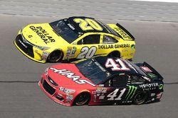 Matt Kenseth, Joe Gibbs Racing Toyota, et Kurt Busch, Stewart-Haas Racing Chevrolet