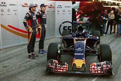 Max Verstappen, Scuderia Toro Rosso, und Carlos Sainz Jr., Scuderia Toro Rosso, mit dem Scuderia Tor