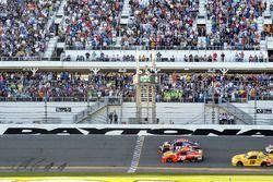 Zielflagge für Denny Hamlin, Joe Gibbs Racing Toyota