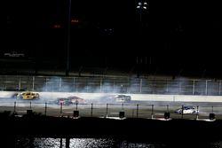 Accidente Kyle Busch, Joe Gibbs Racing Toyota; Martin Truex Jr., Furniture Row Racing Toyota; Carl E