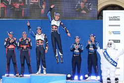 Podium: Sébastien Ogier, Julien Ingrassia, Volkswagen Motorsport (vainqueurs), Hayden Paddon, John Kennard, Hyundai Motorsport (2), Mads Østberg, Ola Fløene, M-Sport Ford (3e)