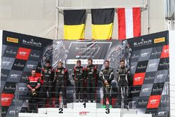 Podium: winnaars Marcel Fassler, Dries Vanthoor, Belgian Audi Club Team WRT, tweede plaats Jake Denn