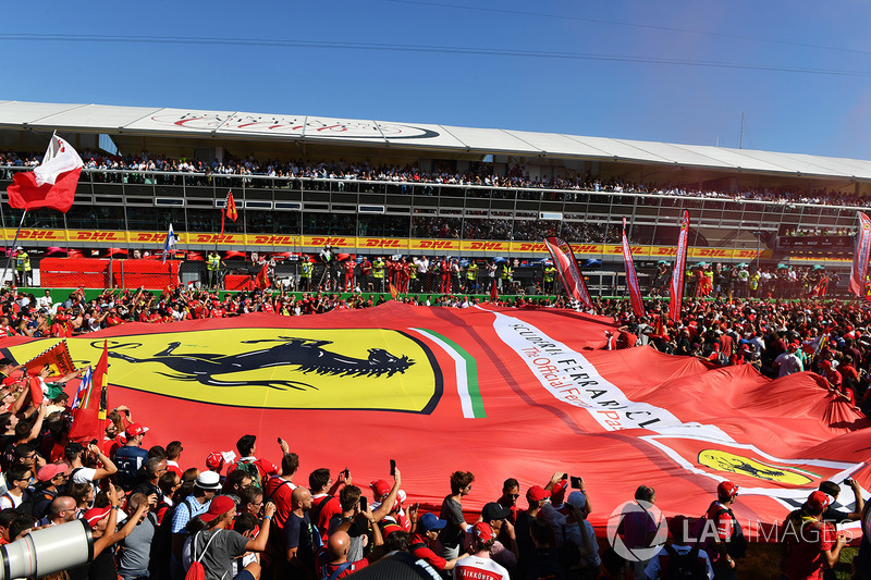 La enorme bandera de Ferrari en la recta de Monza es una de las imágenes que se repiten cada temporada