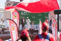 Podium : le vainqueur Lewis Hamilton, Mercedes AMG F1, le troisième, Sebastian Vettel, Ferrari