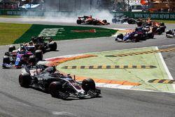 Kevin Magnussen, Haas F1 Team VF-17, Daniil Kvyat, Scuderia Toro Rosso STR12, as Romain Grosjean, Haas F1 Team VF-17, locks up in the background