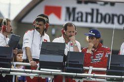 Ayrton Senna, McLaren MP4/4 Honda, con Ron Dennis e Gordon Murray