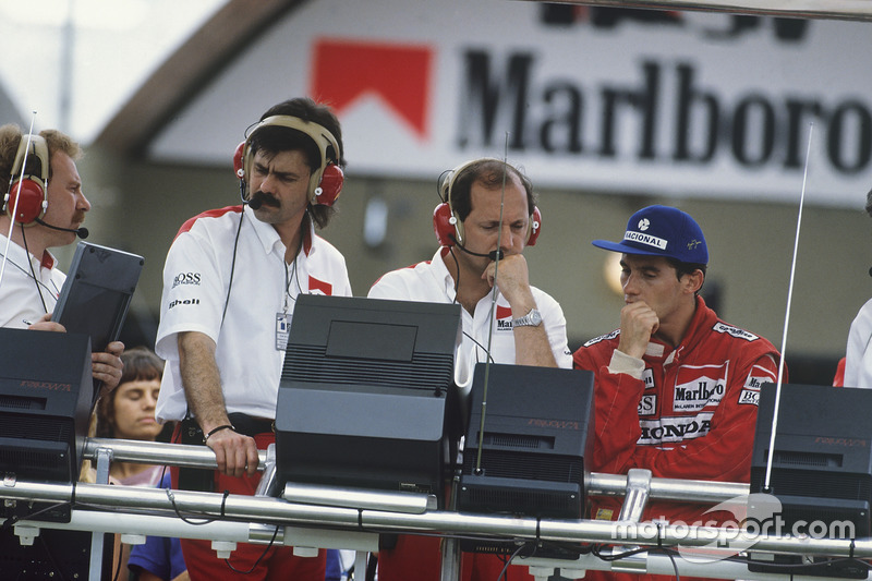 Ayrton Senna, McLaren MP4/4 Honda, DQ, on the pit gantry with Gordon Murray and Ron Dennis