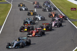 Lewis Hamilton, Mercedes AMG F1 W08, Sebastian Vettel, Ferrari SF70H, Max Verstappen, Red Bull Racing RB13, Daniel Ricciardo, Red Bull Racing RB13, Esteban Ocon, Sahara Force India F1 VJM10, e il resto del gruppo alla partenza