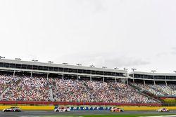 Kevin Harvick, Stewart-Haas Racing Ford y Kyle Larson, Chip Ganassi Racing Chevrolet