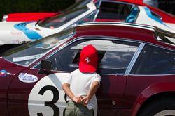 Giovane appassionato Ferrari alle prese con la due Ferrari Daytona 365 GTB/4 dei collezionisti svizzeri