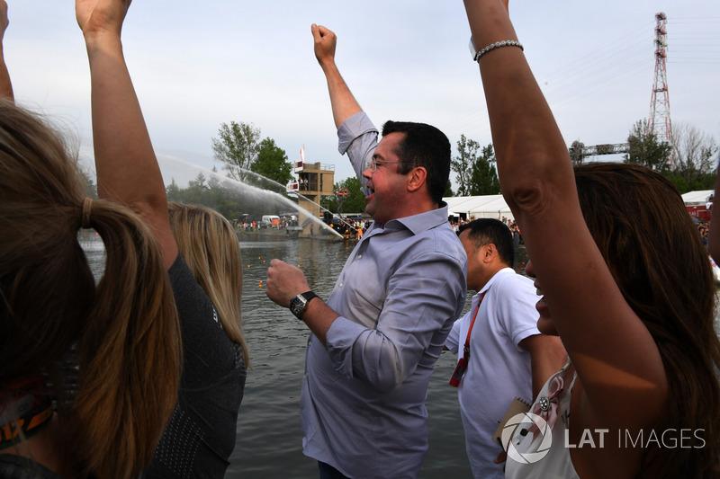 Eric Boullier, McLaren Director de McLaren celebra en la carrera de balsas