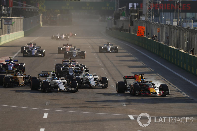 Daniel Ricciardo, Red Bull Racing RB13, Lance Stroll, Williams FW40, Felipe Massa, Williams FW40 y el resto de la parrilla