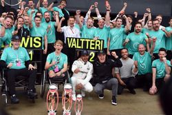 Le vainqueur Lewis Hamilton, Mercedes AMG F1, avec son frère Nick Hamilton, Valtteri Bottas, Mercedes AMG F1, Billy Monger et l'équipe