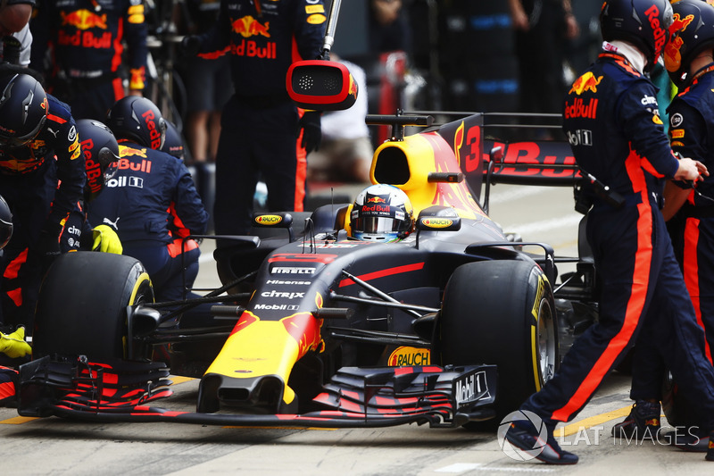 Daniel Ricciardo, Red Bull Racing RB13, pit stop