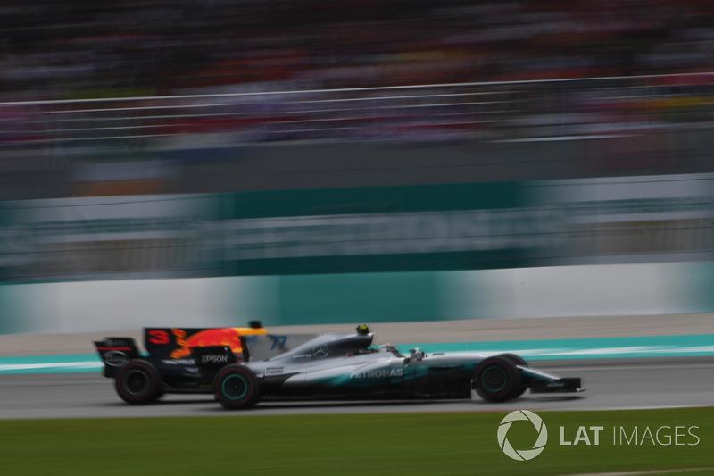 Valtteri Bottas, Mercedes-Benz F1 W08 e Daniel Ricciardo, Red Bull Racing RB13 lottano per la posizione