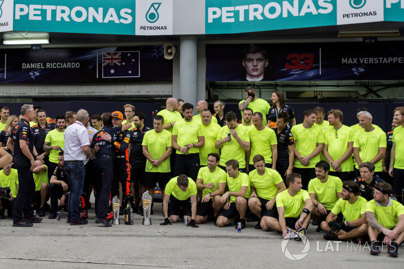 Race winner Max Verstappen, Red Bull Racing celebrates alongside Christian Horner, Red Bull Racing Team Principal, Dr Helmut Marko, Red Bull Motorsport Consultant, the team and the trophies