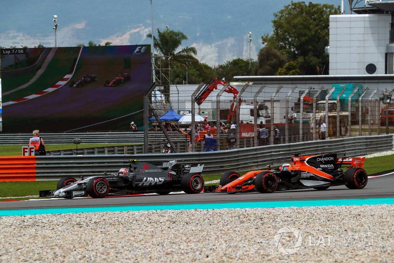 Kevin Magnussen, Haas F1 Team VF-17 e Fernando Alonso, McLaren MCL32 lottano per la posizione