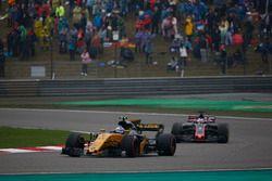Jolyon Palmer, Renault Sport F1 Team RS17; Romain Grosjean, Haas F1 Team VF-17