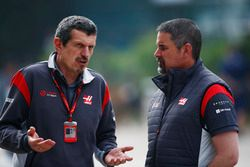 Guenther Steiner, jefe de equipo, equipo de F1 de Haas, habla con un colega