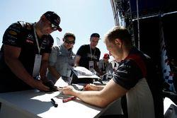 Kevin Magnussen, Haas F1 Team firma autógrafos para los fans