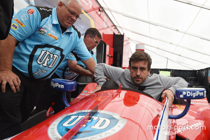 Fernando Alonso siede nella monoposto di Marco Andretti
