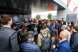 Andrea Dovizioso recibe su SEAT León CUPRA