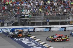 Restart: Martin Truex Jr., Furniture Row Racing Toyota, Erik Jones, Furniture Row Racing Toyota