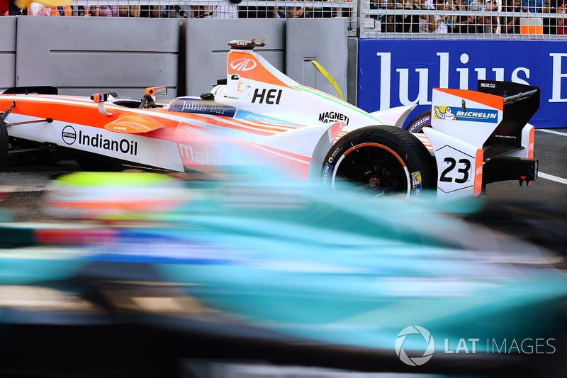 Oliver Turvey, NEXTEV TCR Formula E Team, pasa el coche  chocado de Nick Heidfeld, Mahindra Racing