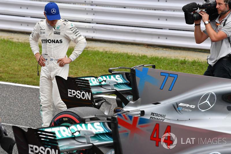 Valtteri Bottas, Mercedes AMG F1 observa su monoplaza
