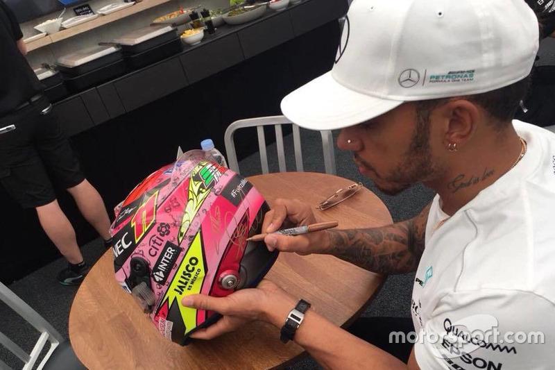 Lewis Hamilton, Mercedes AMG firma el casco de Sergio Pérez para subasta en pro de los afectados por el terremoto en México