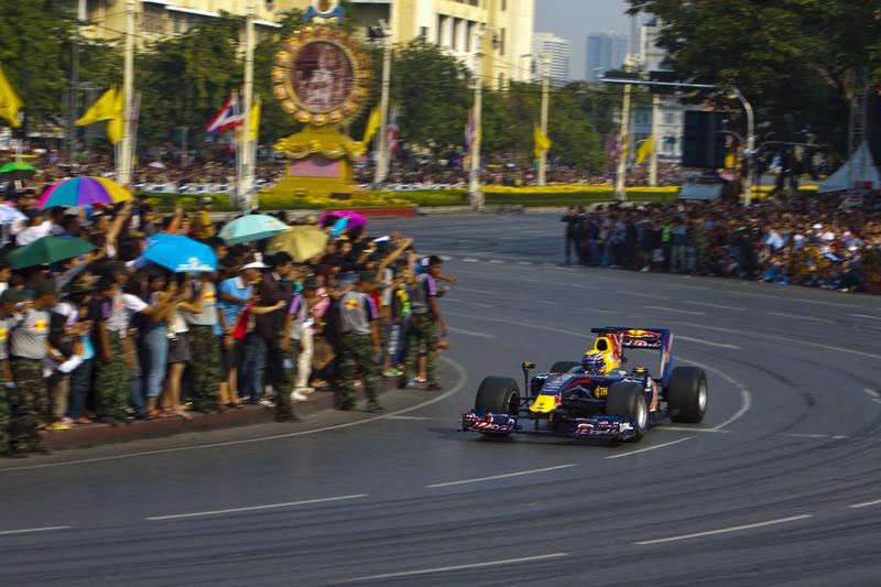 Mark Webber, Red Bull RB6, beraksi di jalanan Bangkok, Thailand